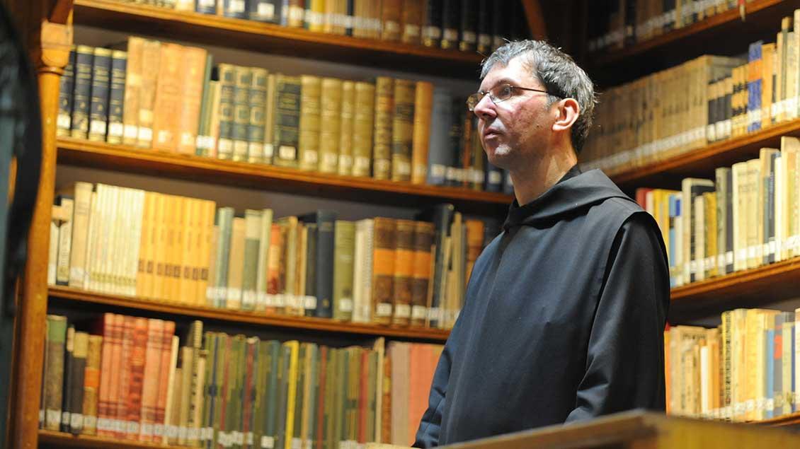 Pater Petrus Nowack in der Bibliothek von Maria Laach.