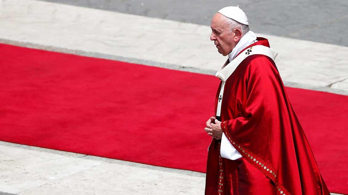 Papst Franziskus in rotem Gewand auf dem Petersplatz