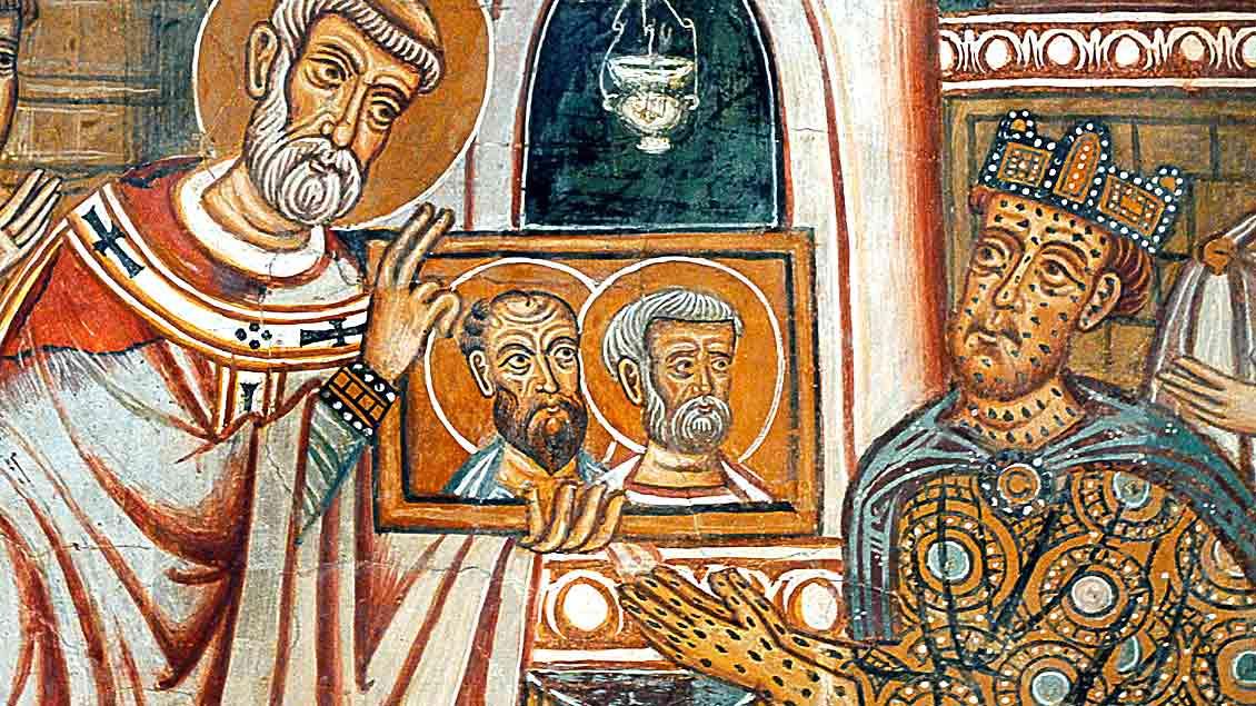 Papst Silvester I. zeigt Kaiser Konstantin ein Bild der Apostel Petrus und Paulus.