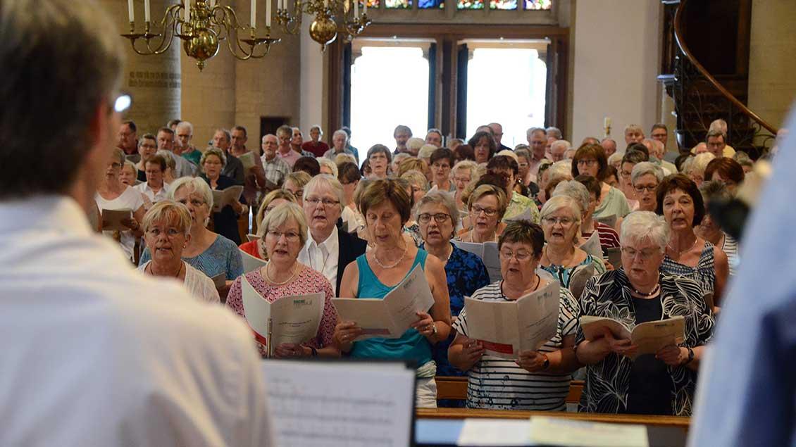 """500 Sängerinnen und Sänger trafen sich in Lüdinghausen zum Chorfestival """"Nachklang"""". Foto: Bischöfliche Pressestelle/Michaela Kiepe"""