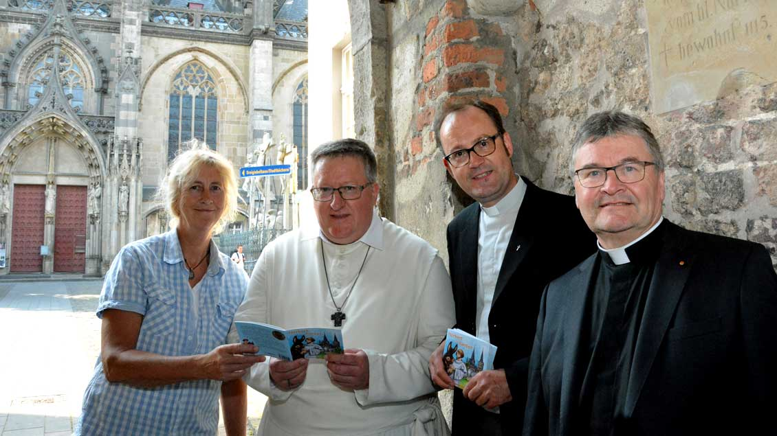 Illustratorin Bärbel Stangenberg, Abt Albert Dölken, Pfarrer Markus Trautmann und der Xantener Propst Klaus Wittke.