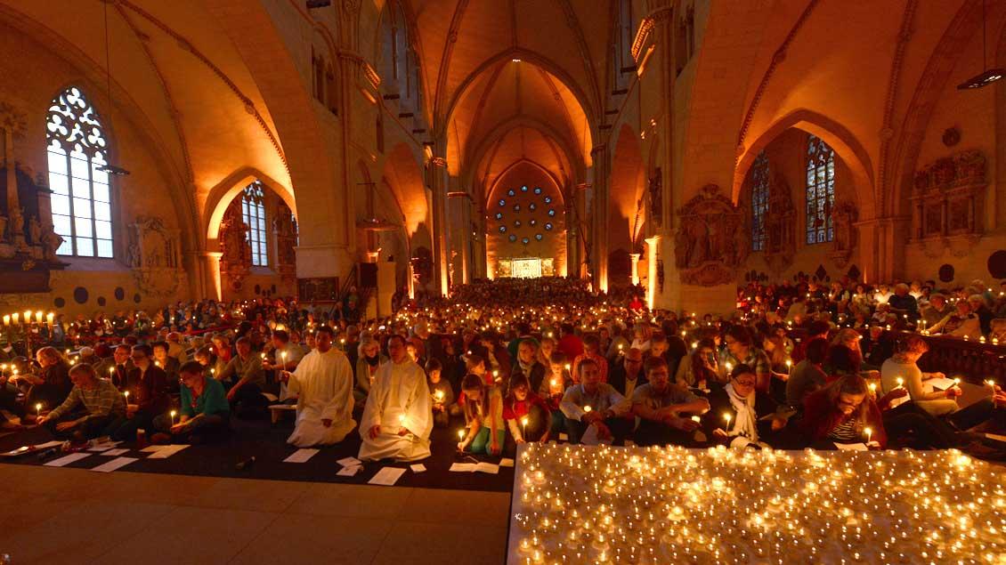 Brüder aus Taizé beim Taizé-Gebet 2014 im Münsteraner Dom