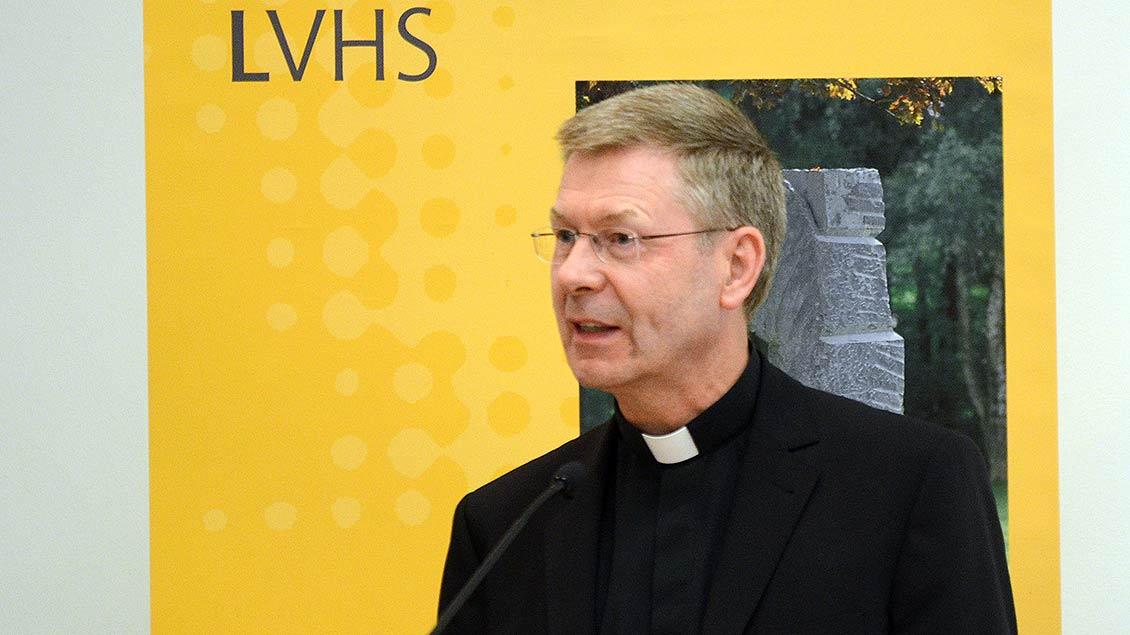 Weihbischof Stefan Zekorn spricht am Mikrofon Foto: pd