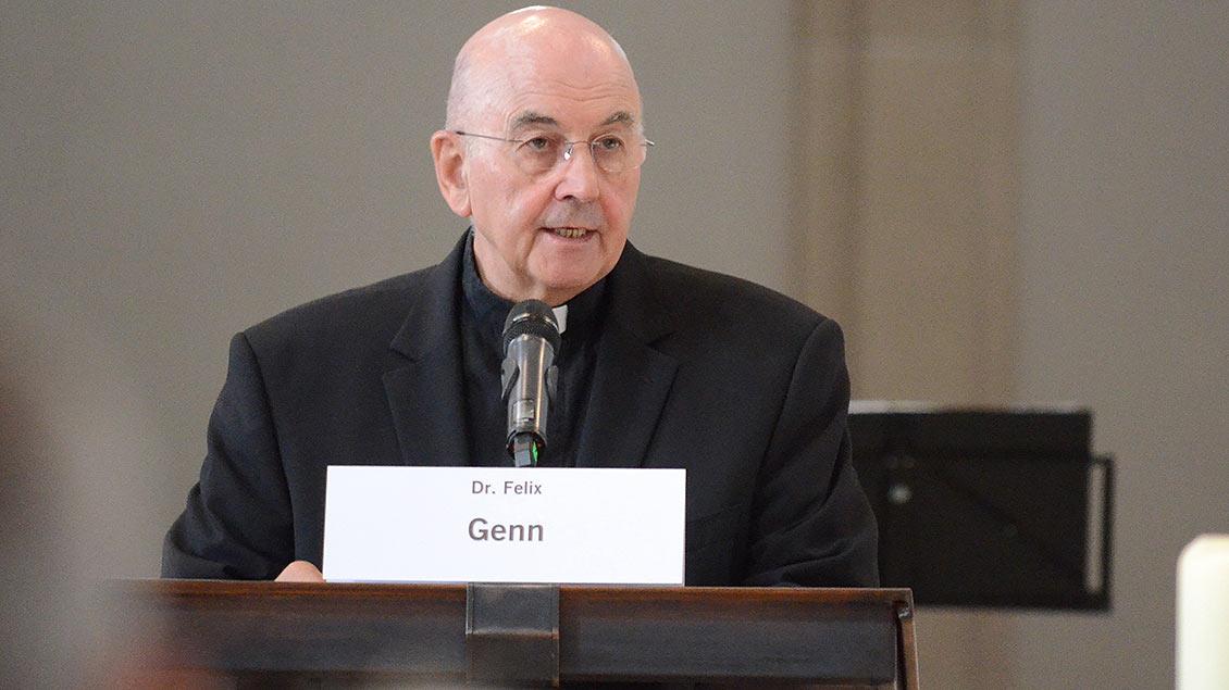Bischof Felix Genn sitzt bei seiner Bibelarbeit auf dem Podium und spricht.