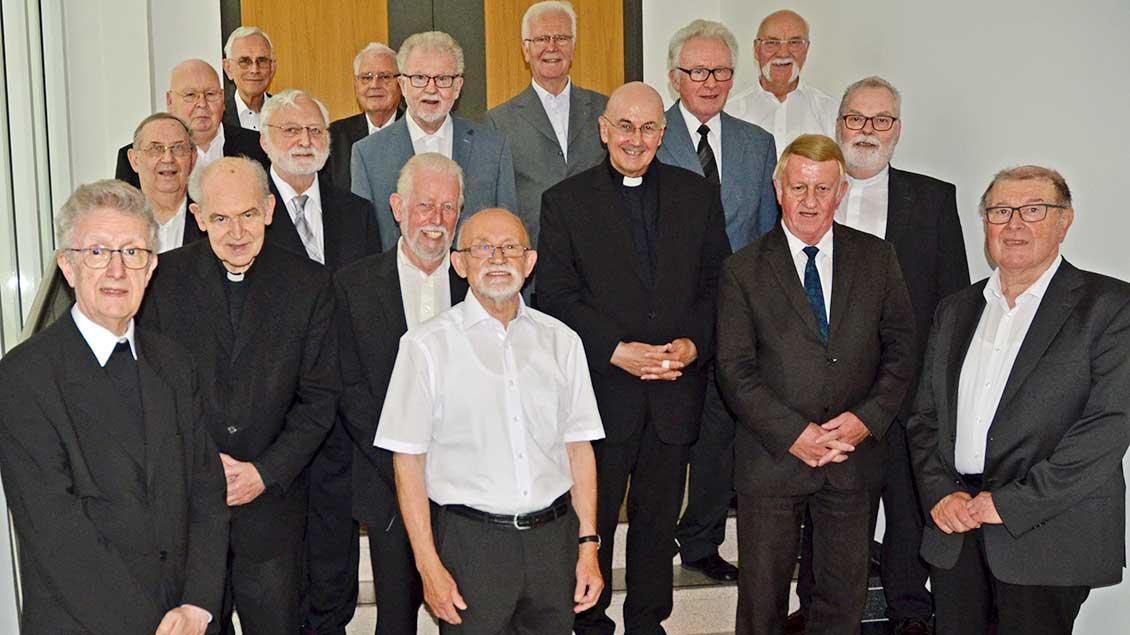 Die 16 Jubilare mit Bischof Felix Genn.