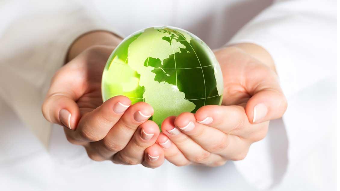 Ein Globus in der Hand