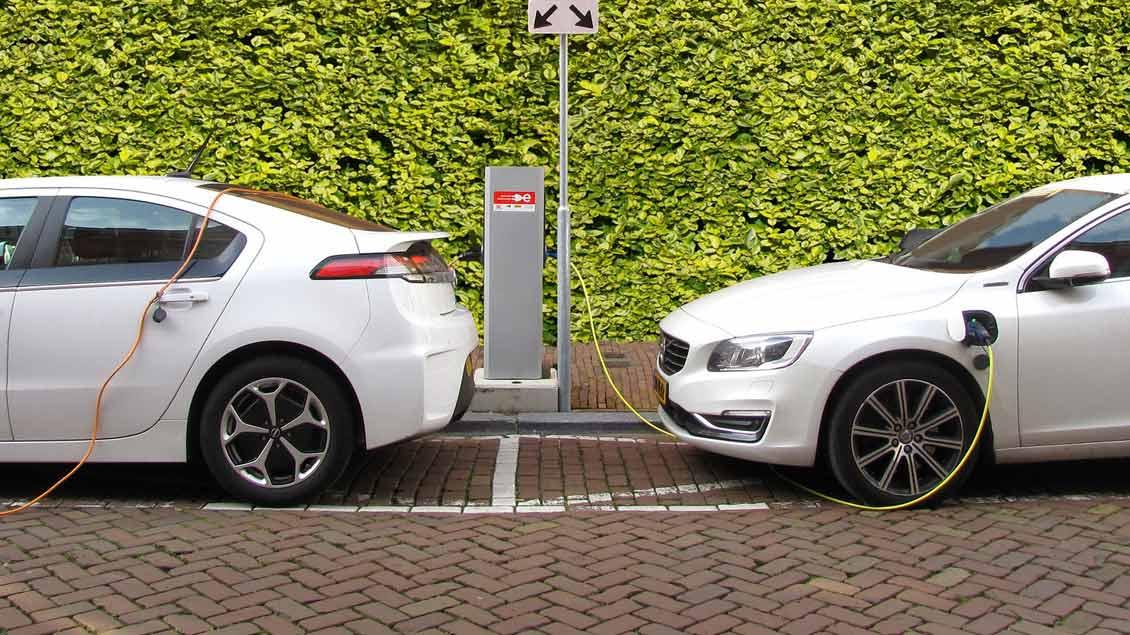 Zwei Elektro-Autos an einer Ladestation