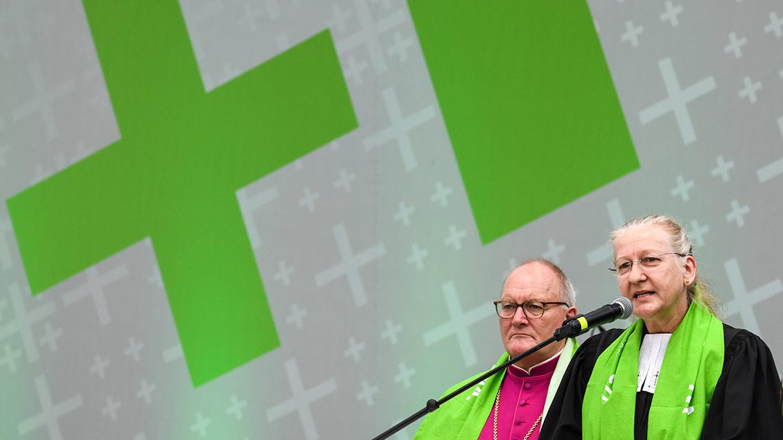 Andreas Coersmeier, Stadtdechant des Dekanates Dortmund, und Heike Proske, Superintendentin im Kirchenkreis Dortmund auf einer Bühne des Evangelischen Kirchentags in Dortmund.