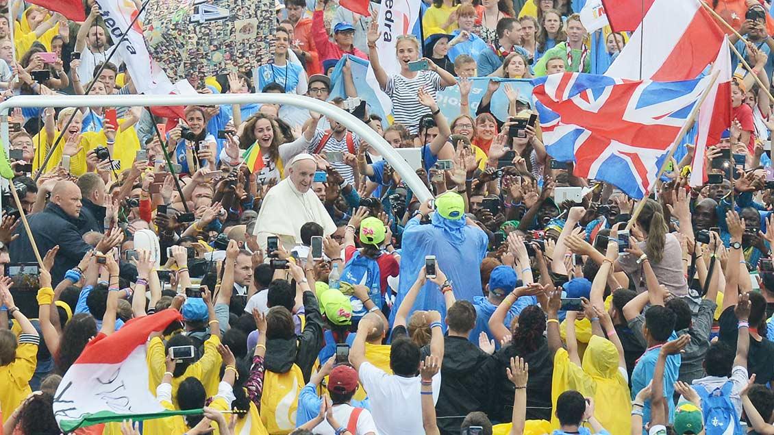 Papst Franziskus fährt beim Weltjugendtreffen in Krakau durch eine jubelnde Menschenmenge.