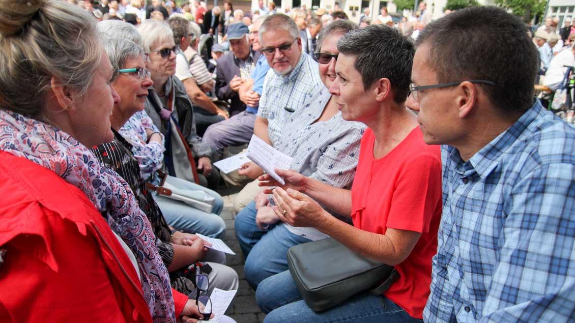 Menschen im Gespräch während des Gottesdienstes in Recklinghausen Foto: Michael Richter (Kreisdekanatsbüro Recklinghausen)