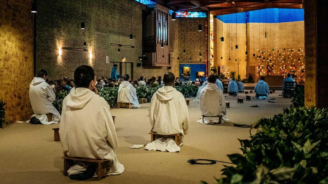 Gebet in der Kirche von Taize