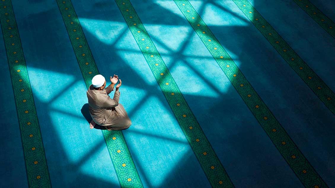 Ein Muslim betet mit nach oben geöffneten Händen  Foto: Nazriamani (Shutterstock