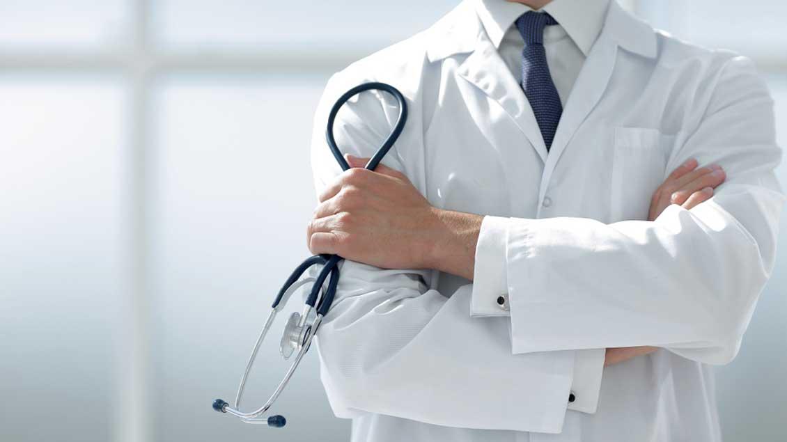 Ein Arzt in weißem Kitteln und mit Stethoskop