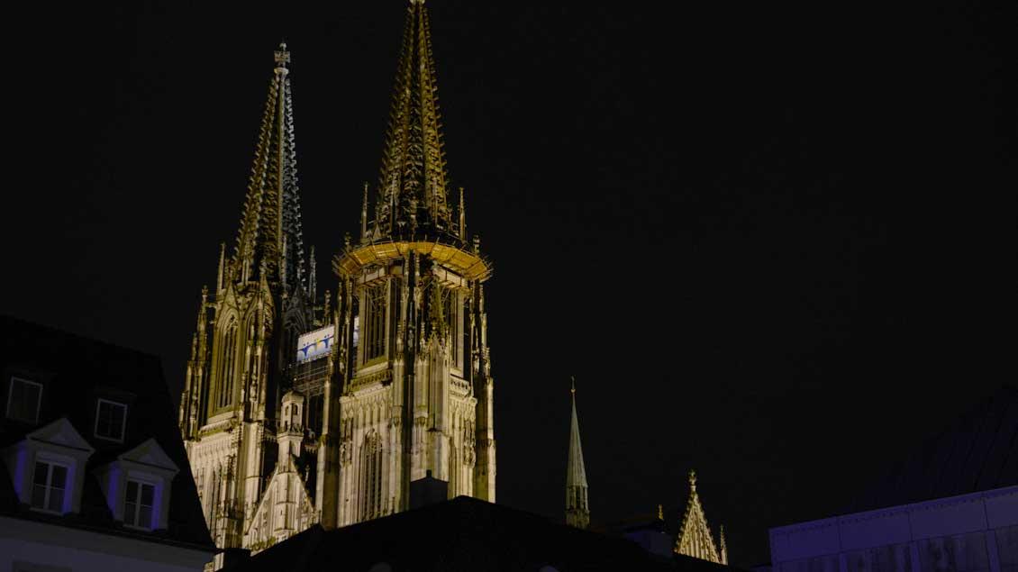 Die Türme des Regensburger Doms während der Nacht.