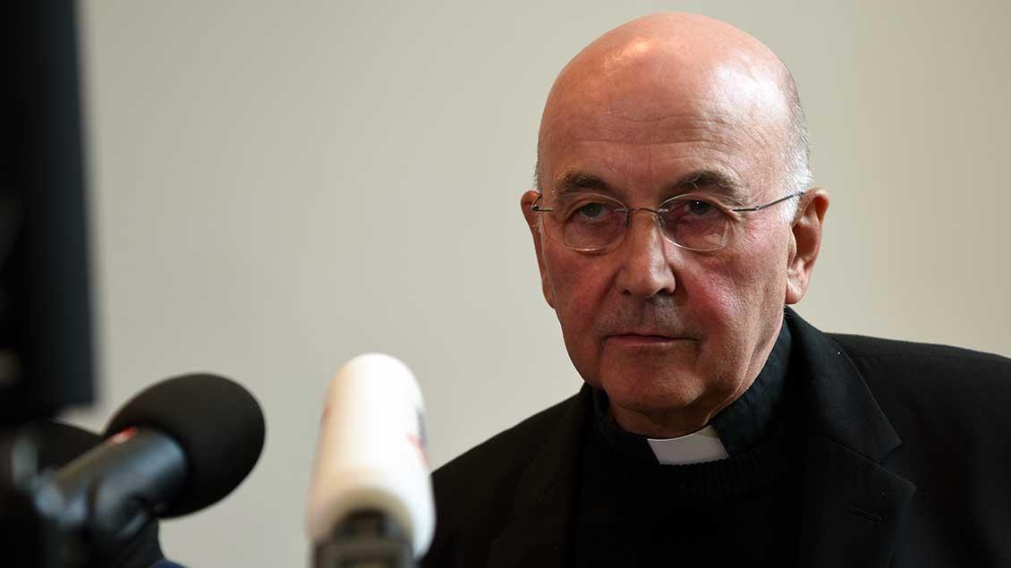 Bischof Felix Genn bei einer Pressekonferenz.