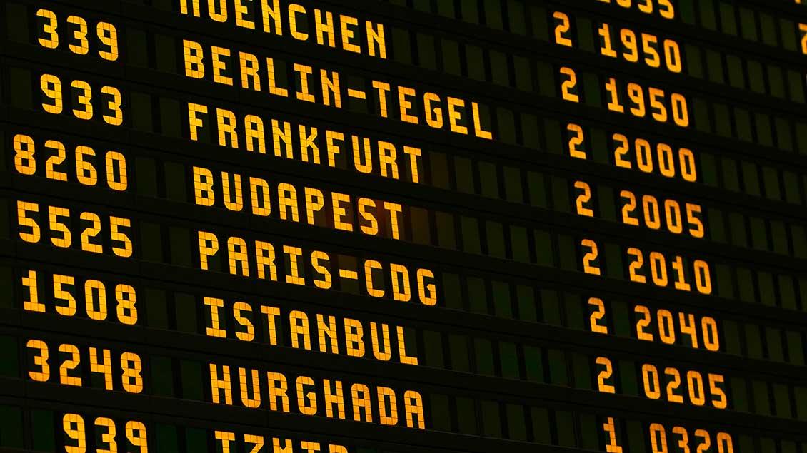 Anzeigetafel der Abflüge am Flughafen
