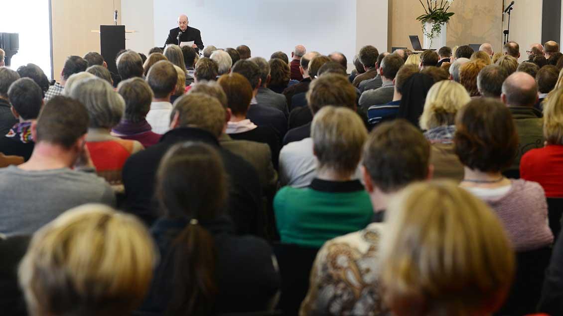 Bischof Felix Genn redet vor einer großen Gruppe Menschen.