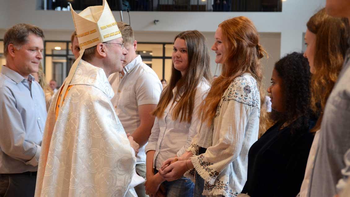 Weihbischof Zekorn überreichte jungen Freiwilligen Holzkreuze