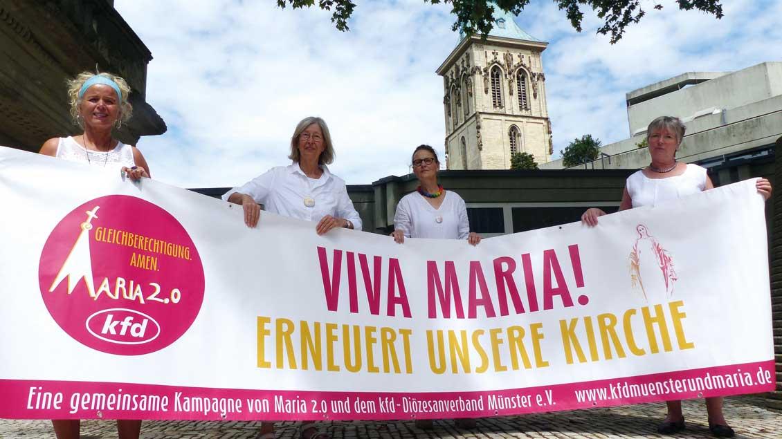 """Vier Frauen von """"Maria 2.0"""" und KFD halten ein Transparent"""