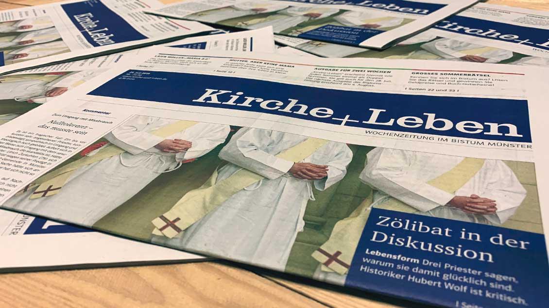 Ein Stapel Bistumszeitungen