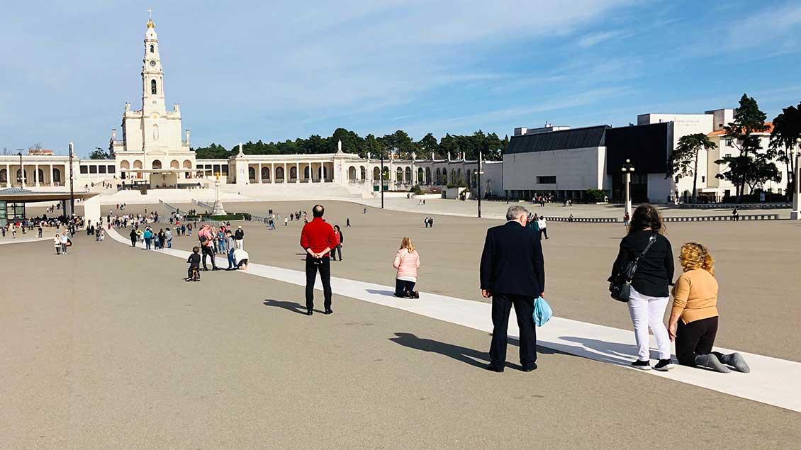 Pilger nähern sich auf Knien rutschend dem Heiligtum in Fatima.