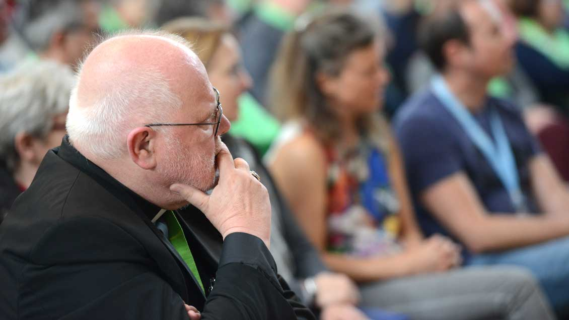 Kardinal Reinhard Marx hört Menschen zu