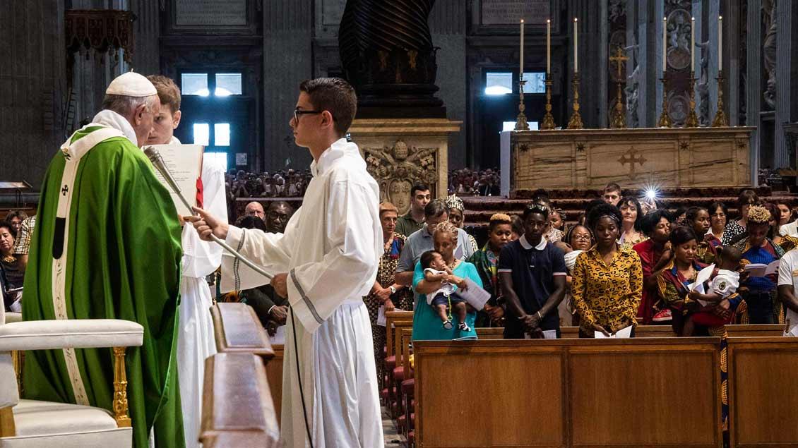 Papst Franziskus während der Messe mit 250 Flüchtlingen