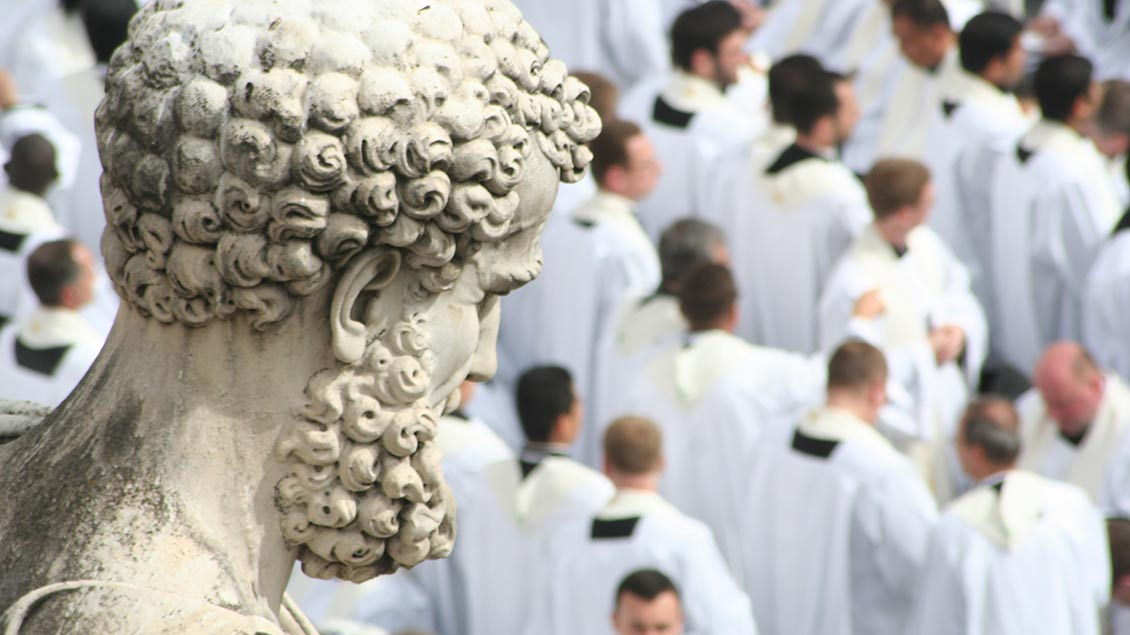 Petrus und Priester auf dem Petersplatz in Rom. Symbol-Foto: Markus Nolte