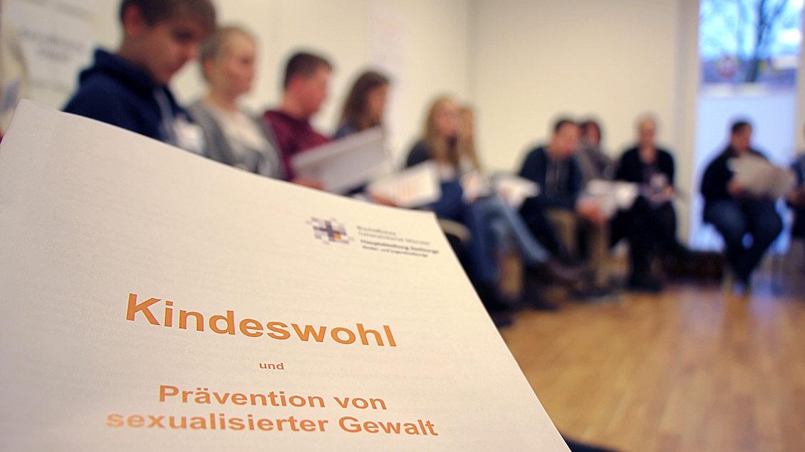 Schulungssituation mit Unterlagen zum Institustionellen Schutzkonzept.
