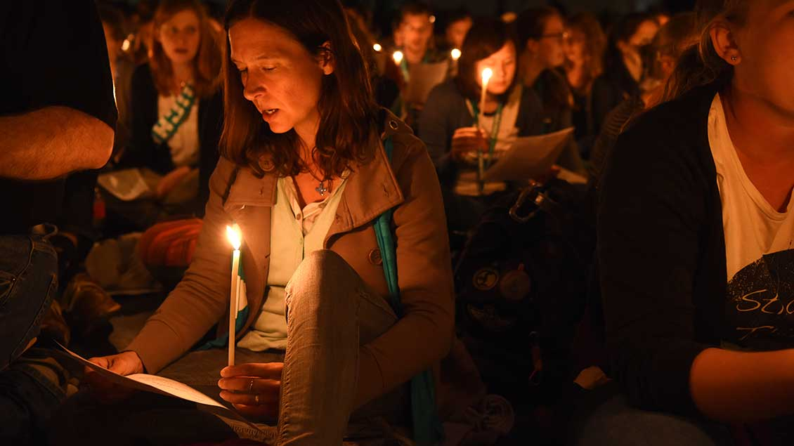 Menschen beim gesungenen Taizé-Gebet