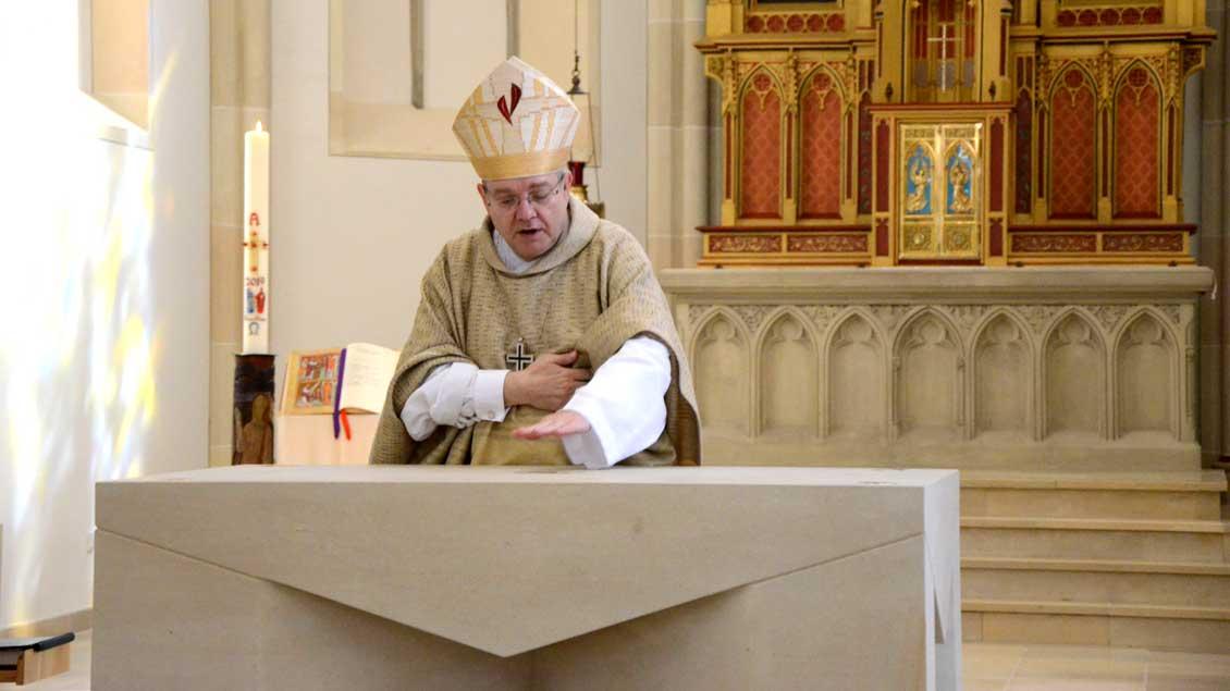 Weihbischof Christoph Hegge salbt den Altar mit Chrisamöl.Foto: Gudrun Niewöhner (pbm)