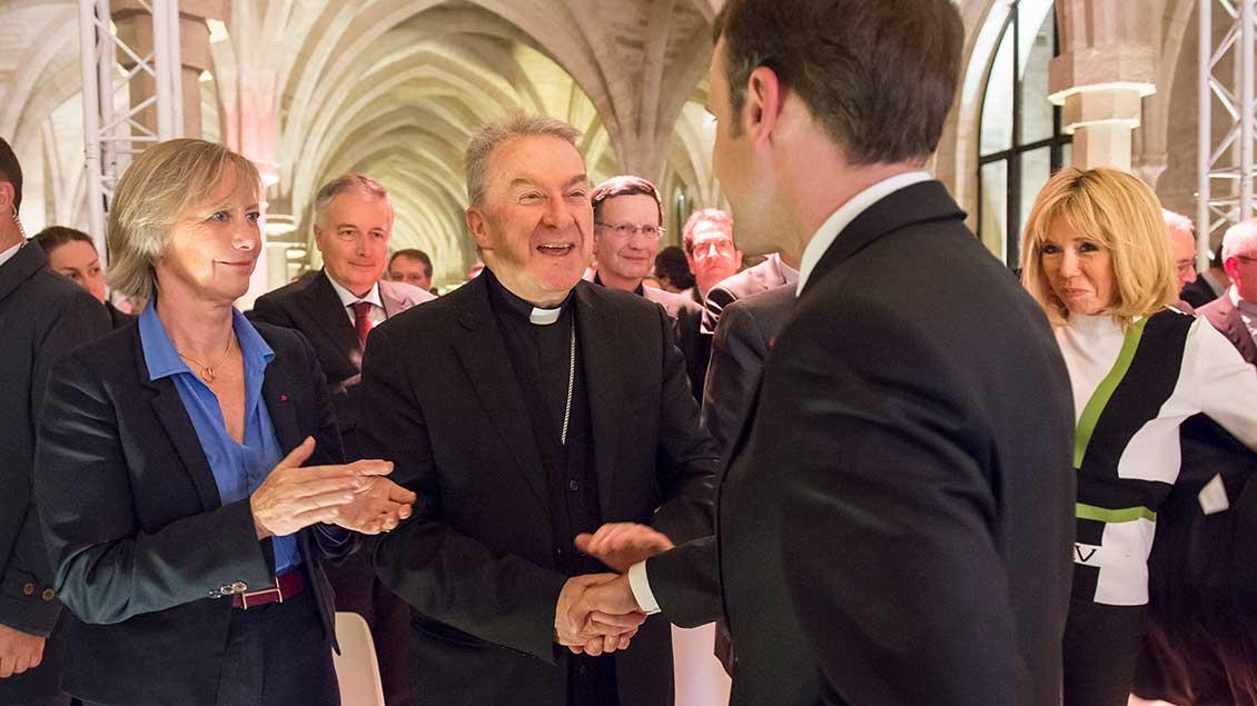 Nuntius Luigi Ventura mit Frankreichs Staatspräsident Emmanuel Macron Foto: Corinne Simon (KNA)
