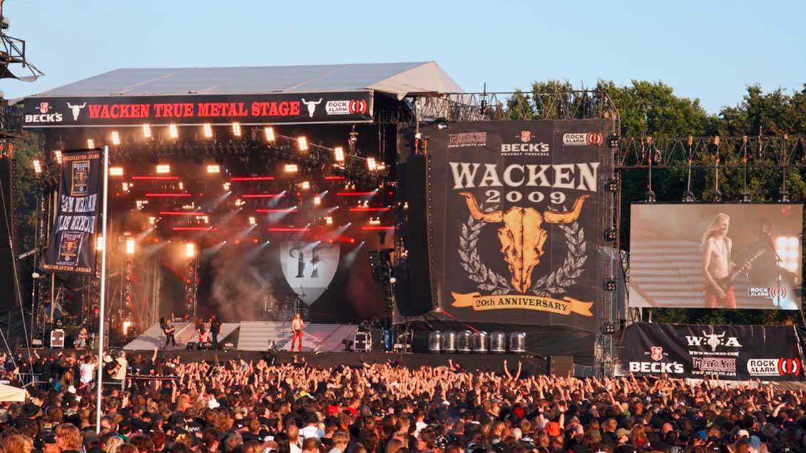Bühne mit Fans beim Wacken Open Air