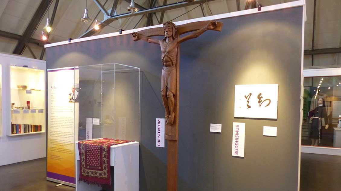 Religiöse Vielfalt an der Jade - zum 150-jährigen Stadtjubiläum wurde in Wilhelmshaven eine Ausstellung eröffnet.