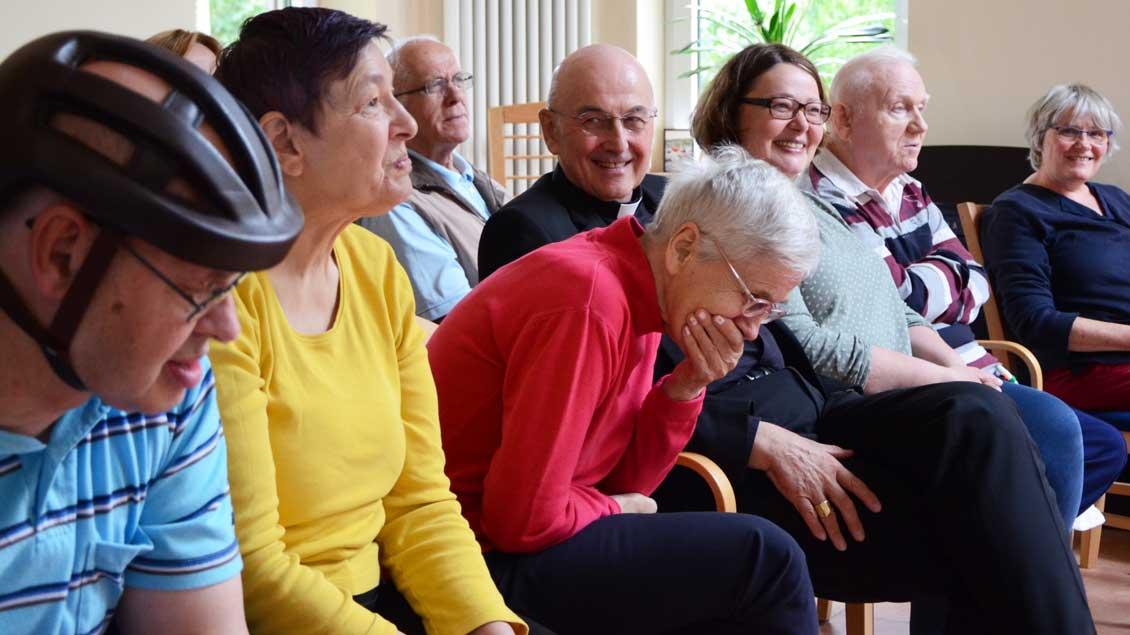Bewohner und Gäste beim Abendgebet im Andachtsraum.   Foto: pbm