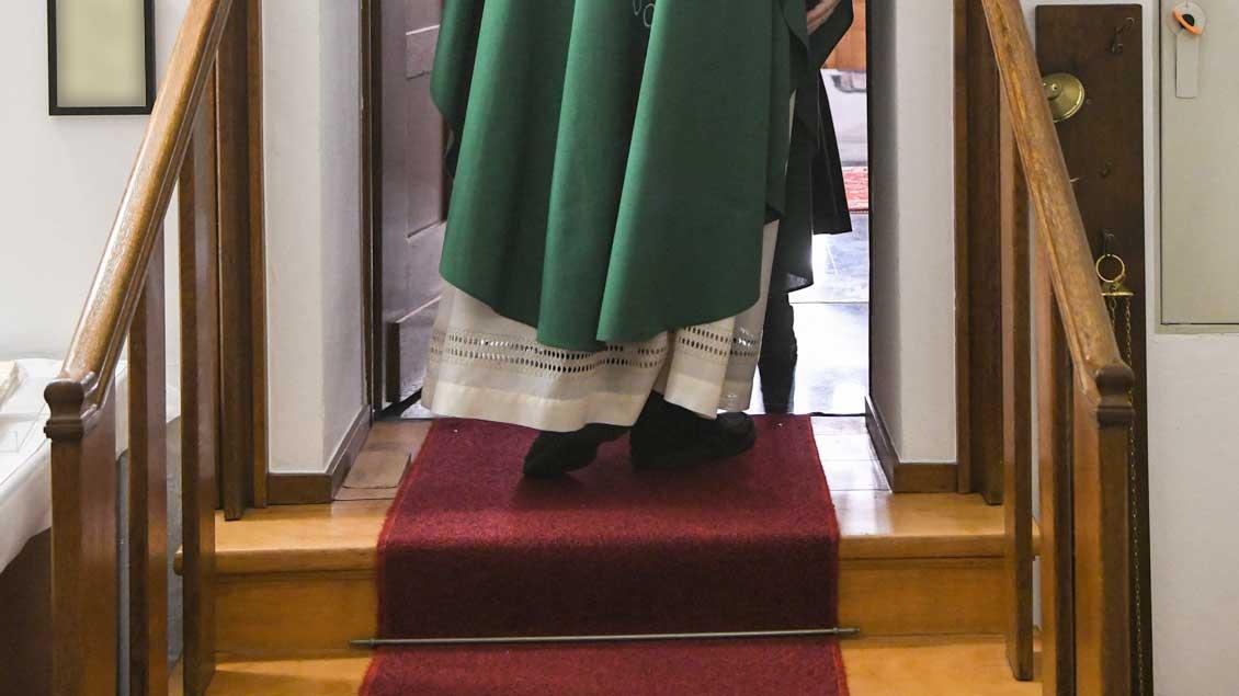 Symbolbild eines Priesters Symbolfoto: Harald Oppitz (KNA)
