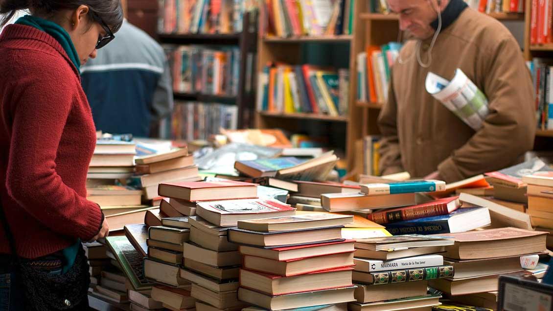 Buchstapel bei einem Flohmarkt
