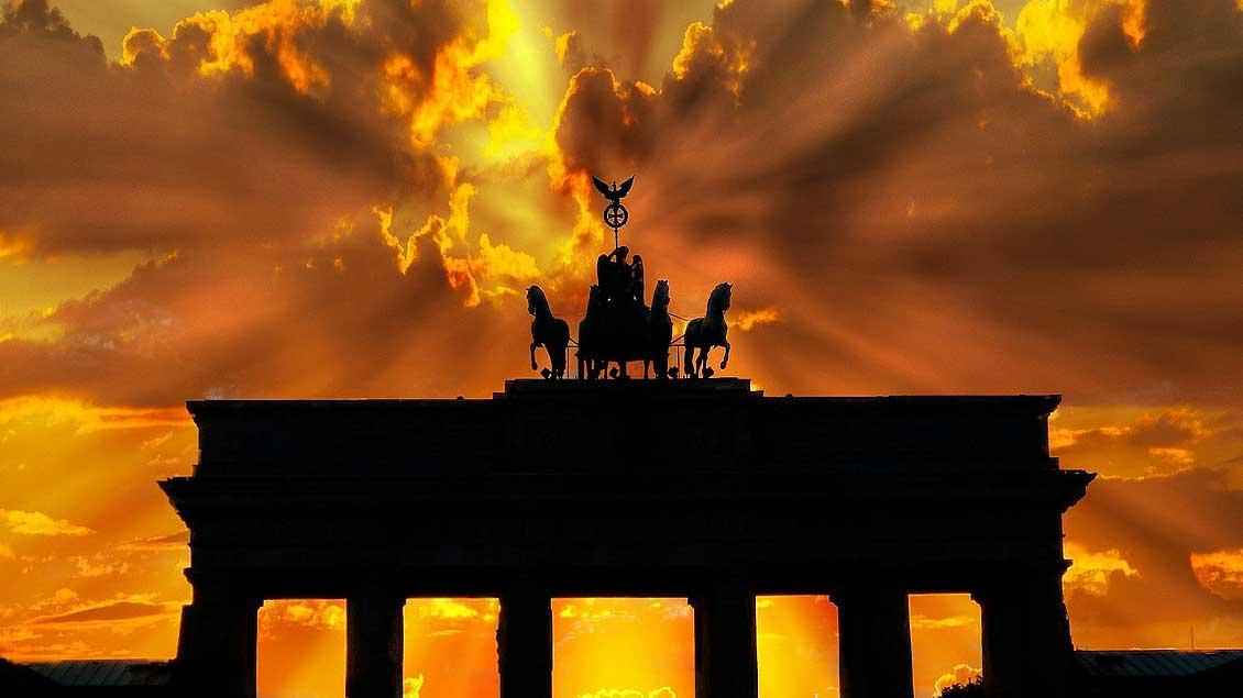 Die Sonne brennt auf das Brandenburger Tor in Berlin