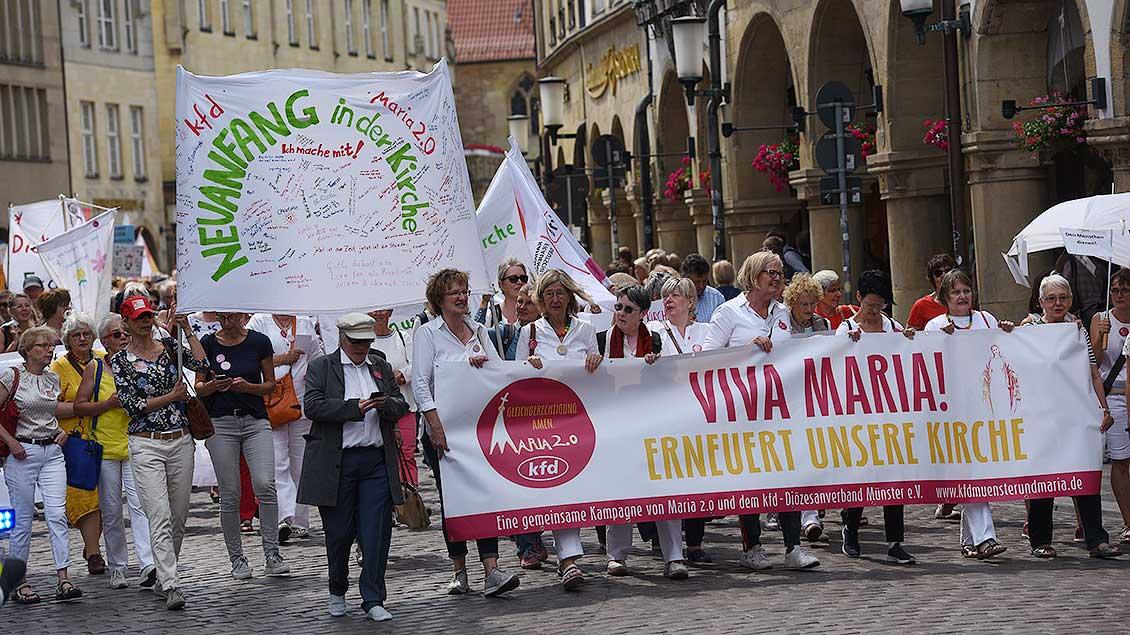 1000 Frauen und Männer demonstrieren in Münster für Gleichberechtigung von Frauen in der Kirche. | Foto: Michael Bönte
