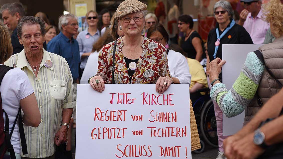 Viele der Teilnehmer führten Plakate mit sich. | Foto: Michael Bönte