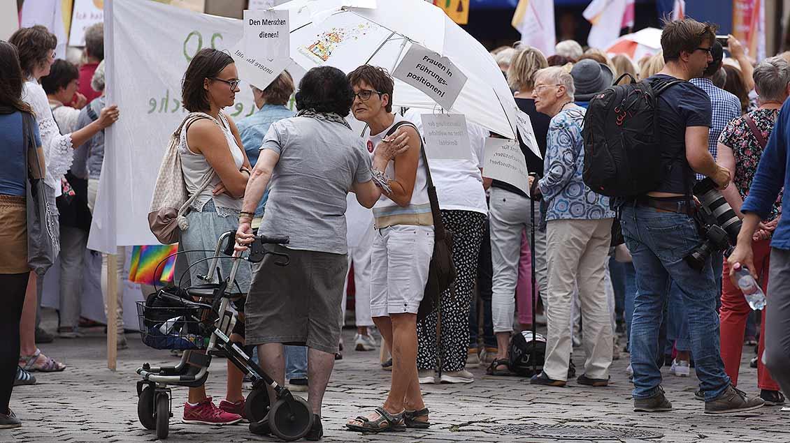 Austausch am Rande der Demo Maria 2.0 in Münster. | Foto: Michael Bönte