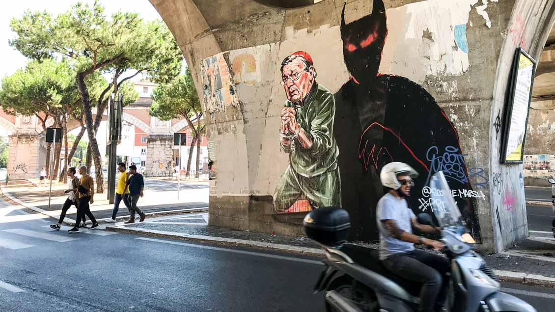 Das Graffito von Kardinal Pell in Handschellen