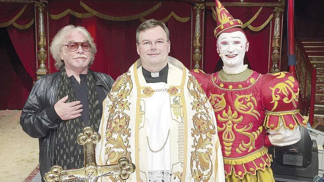 Seelsorger bei einem Spitzenzirkus: Pfarrer Ellinghaus nach einer Taufe beim Zirkus Roncalli. | Foto: kath-css