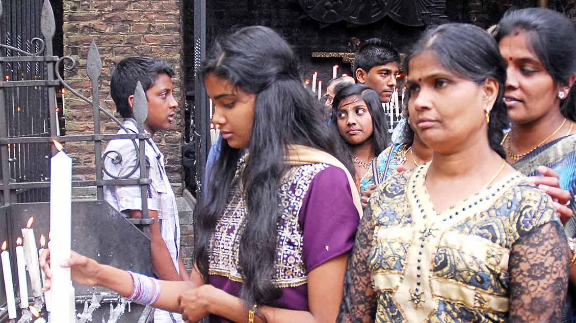 Tamilische Familien vor den Kerzenständern in Kevelaer.