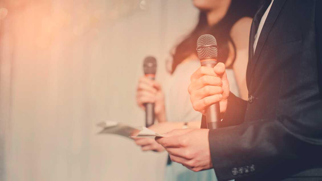Frau und Mann halten jeweils ein Mikrofon