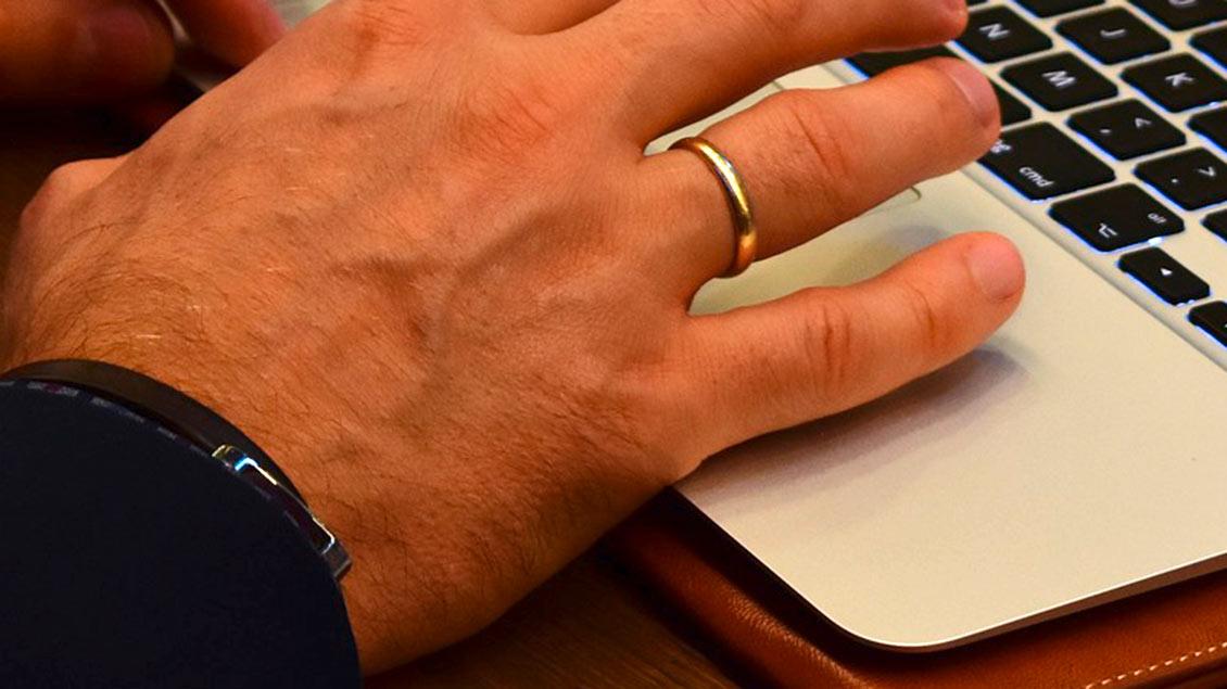Hand eines Mannes mit Ehering