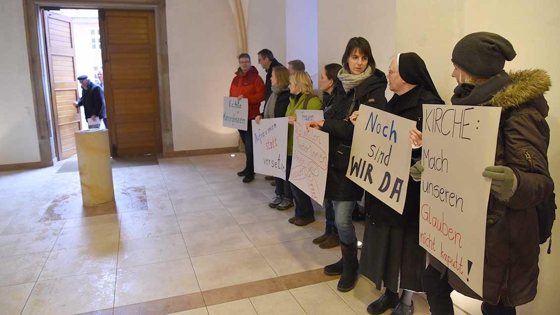 Frauen demonstrieren für mehr Rechte in der Kirche