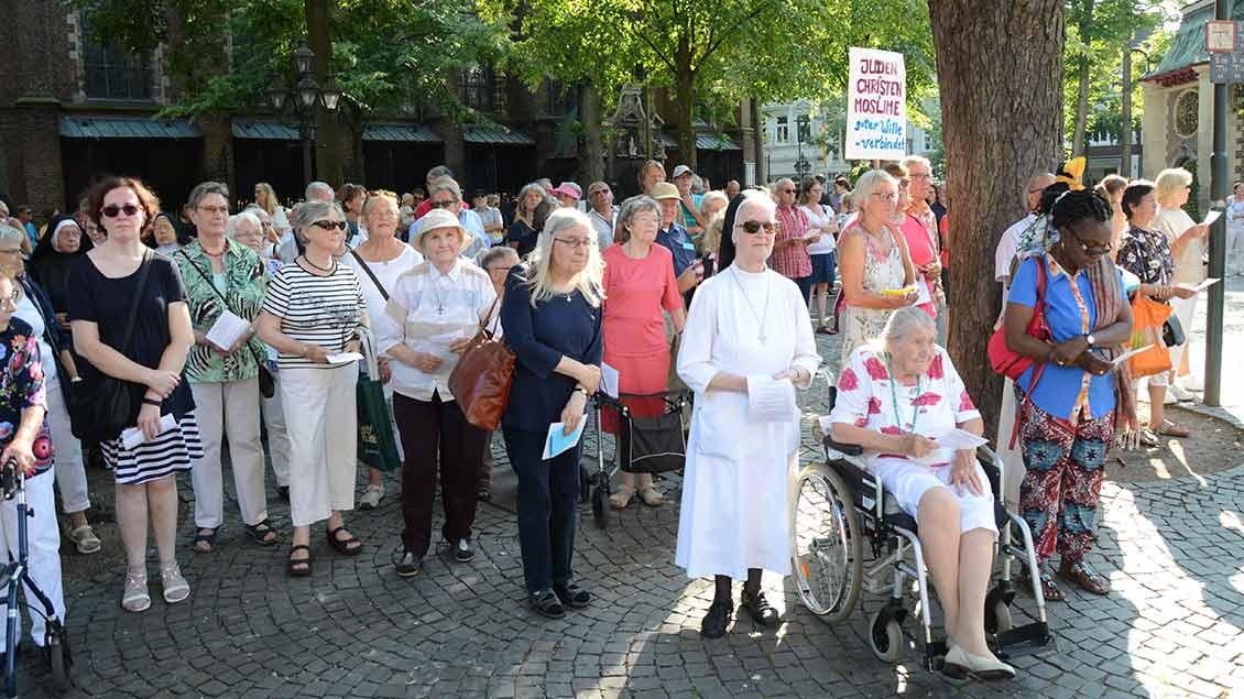 Juden, Christen und Muslime pilgerten gemeinsam bei der Interreligiösen Wallfahrt für den Frieden in der Welt durch Kevelaer.