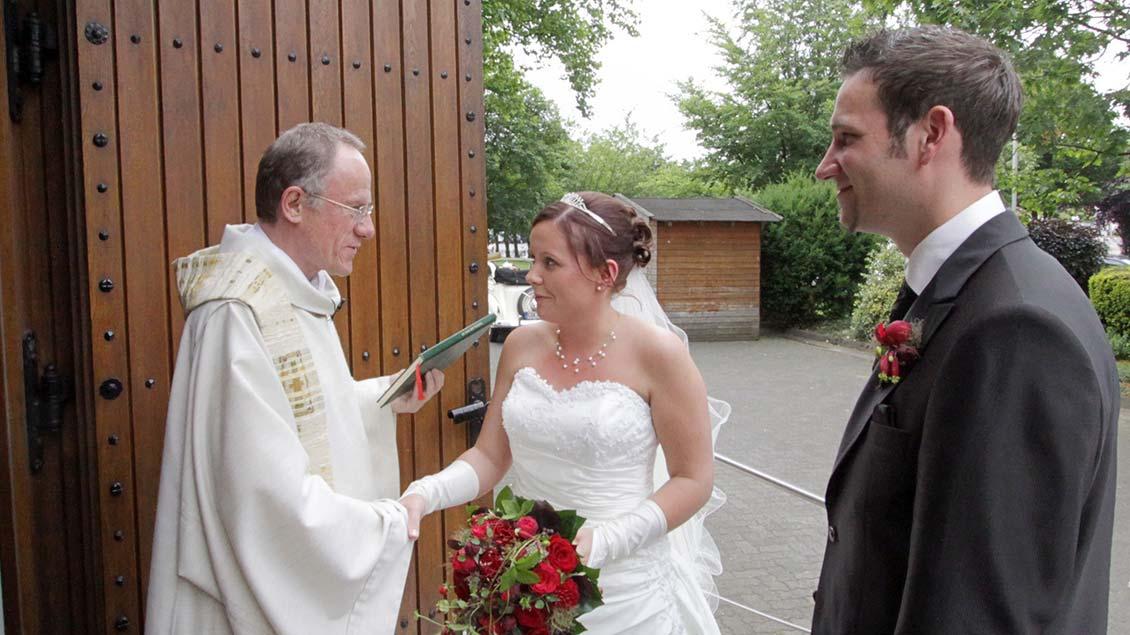 Brautpaar bei einer kirchlichen Hochzeit