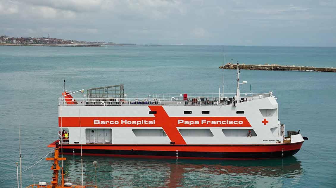 """Das Krankenhausschiff """"Papa Francisco"""" in einem Hafen.."""